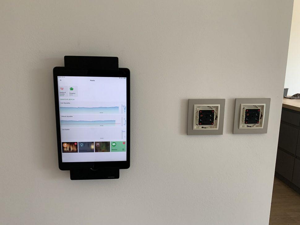 Apple Ipad tablet vnastennom ramčeku sDock